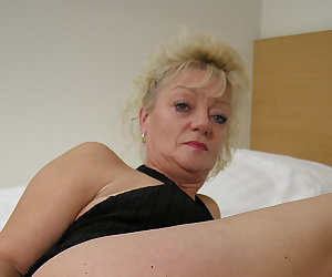 Get that dildo deep in your mature wet cunt
