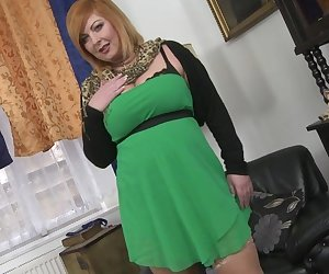 Chubby housewife playing with her wet pussy
