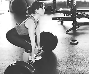 Alison Brie was deadlifting 165 pounds